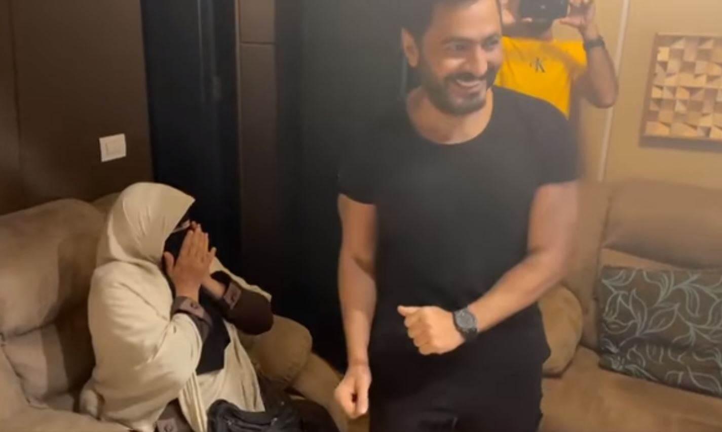 تامر حسني يفاجئ معجبة محاربة سرطان